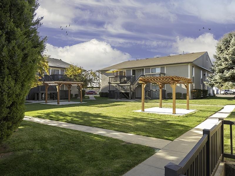 Courtyard | Apartments at Decker Lake