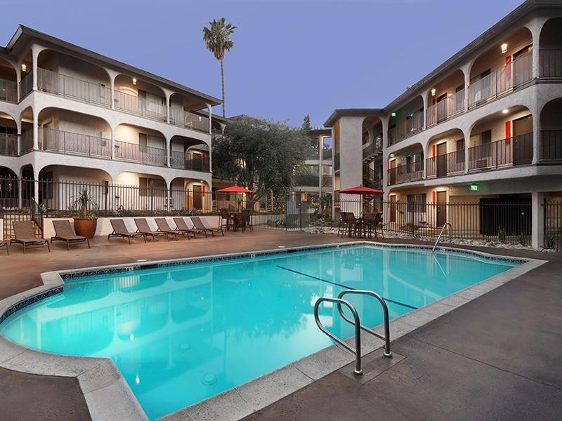 Swimming Pool - Lounge Area