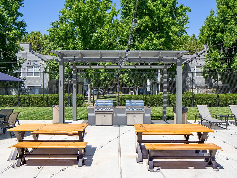 BBQ & Picnic Area| The Charleston Apartments