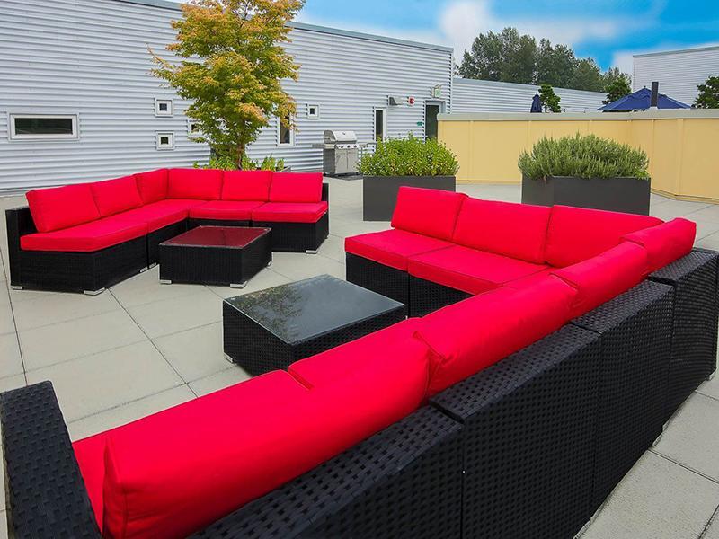 Outdoor Lounge   999 Hiawatha