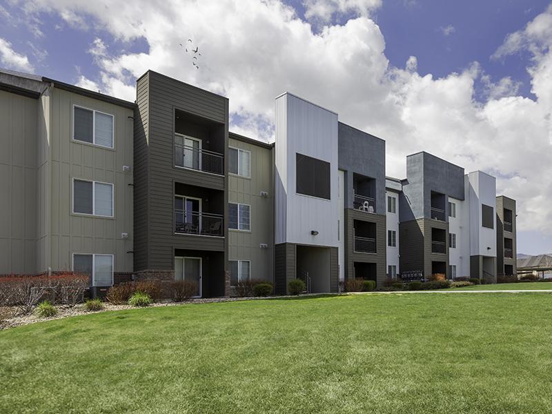 Building Exterior | Wilshire Place Apartments