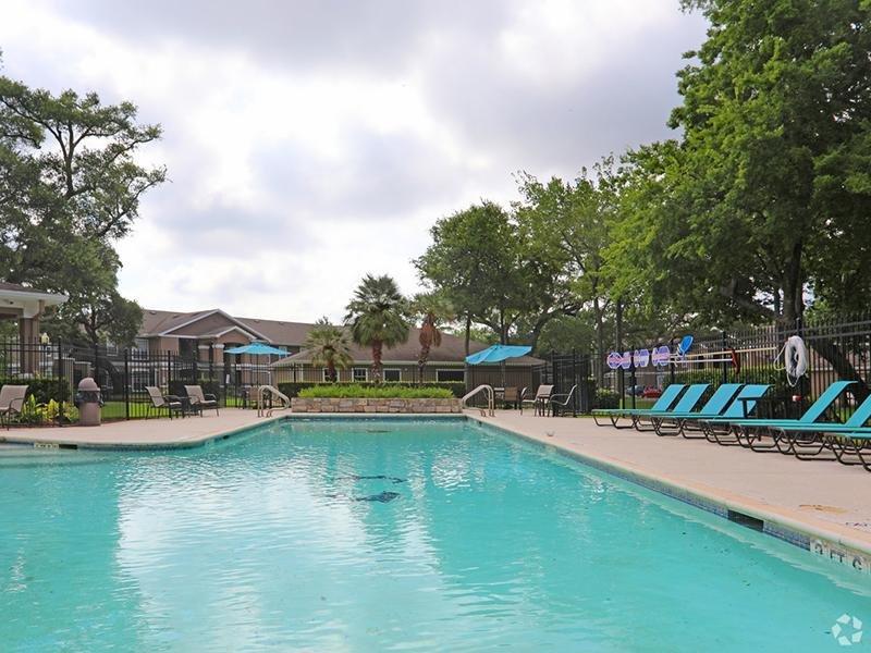Sparkling Pool | The Gateway at Lake Jackson