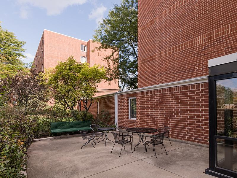 Outdoor Seating | Centennial North Apartments in Mount Prospect, IL