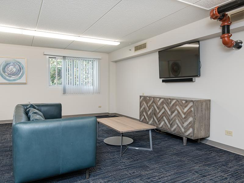 Lounge | Centennial North Apartments in Mount Prospect, IL