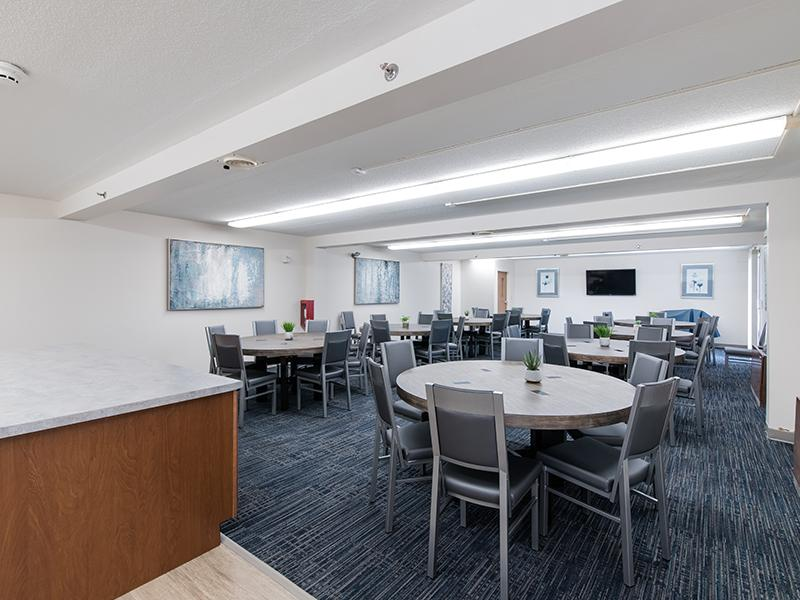 Resident Lounge | Centennial South Apartments in Mount Prospect, IL
