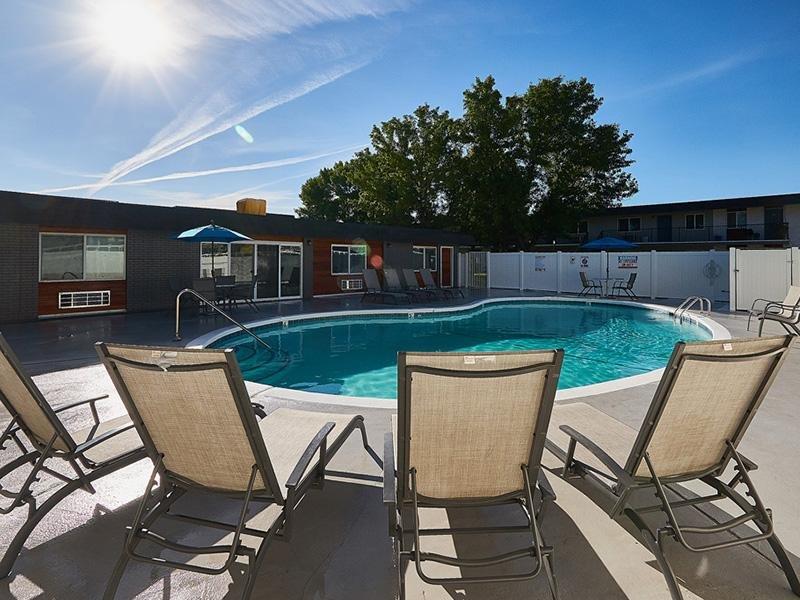 Poolside Seating   Aspire Salt Lake Apartments