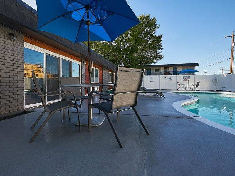 Poolside Tables   Aspire Salt Lake Apartments
