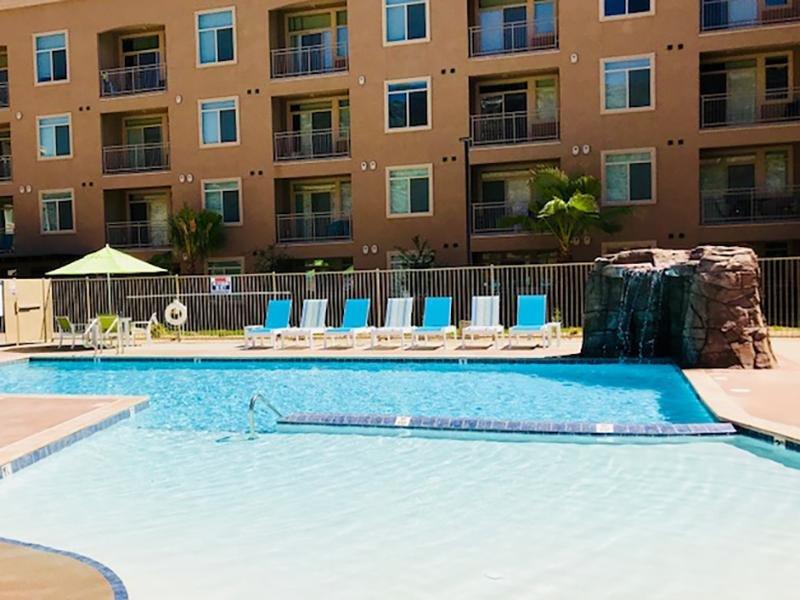 Swimming pool Legacy Ridge Apartments