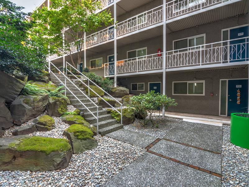 Courtyard | Sheridan Beach Terrace