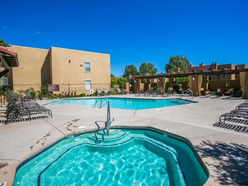 Community Swimming Pool And Spa | Sombra del Oso Albuquerque Apartments