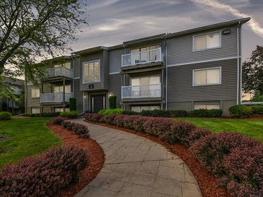 Beautiful Landscaping   Township Square Apartments in Saginaw, MI