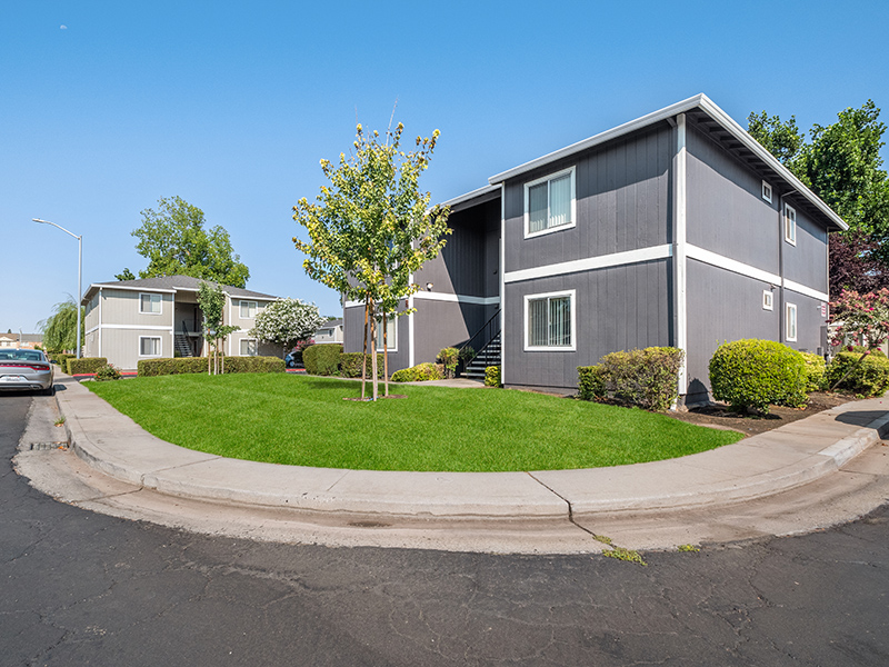 Beautifully Landscaped Grounds | Riverbank Apartments