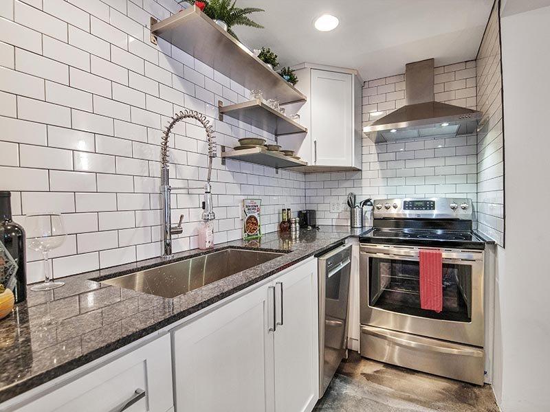 Kitchen | 454 West Brown Apartments