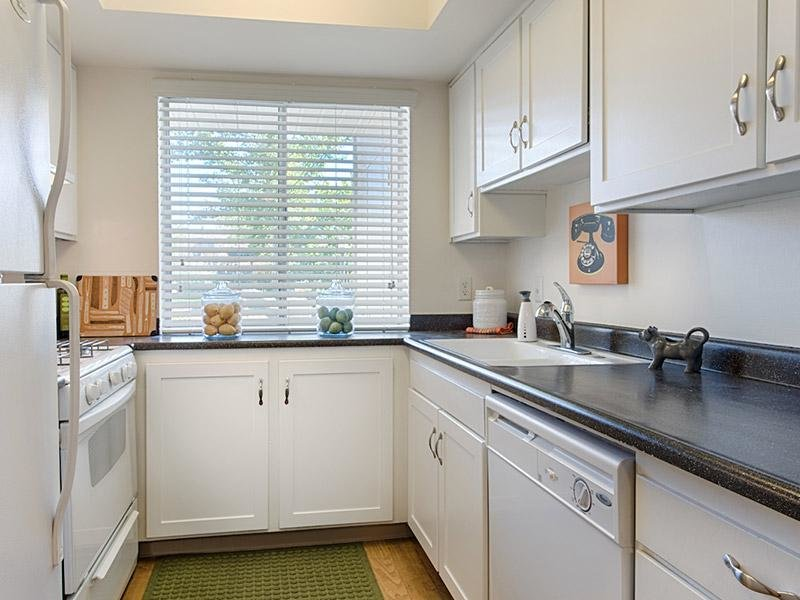 Kitchen | Country Lake Apartments