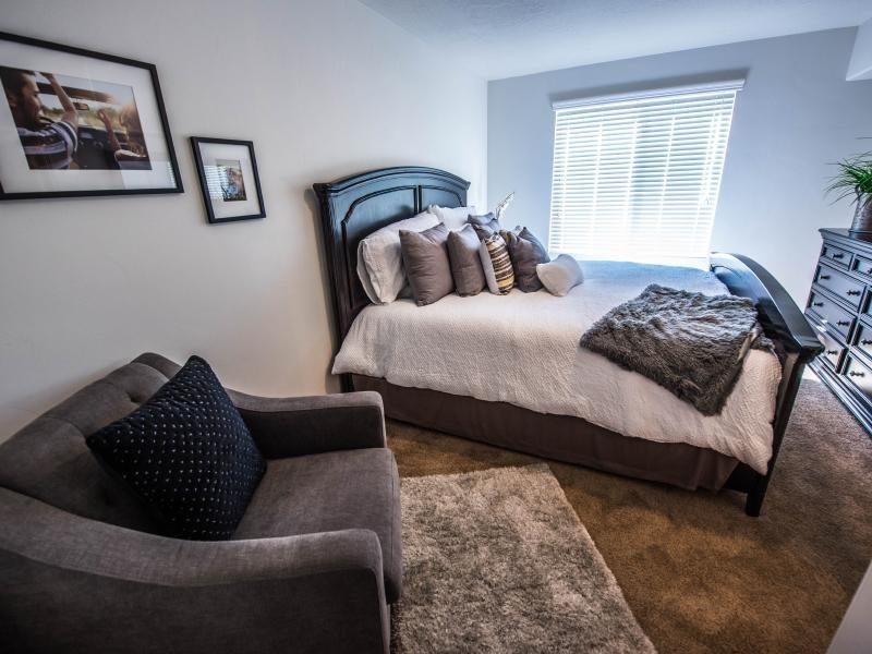 Bedroom with Chair | Settlers Landing