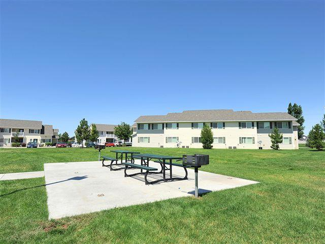 BBQ and Picnic Area | Courtyard at Ridgecrest