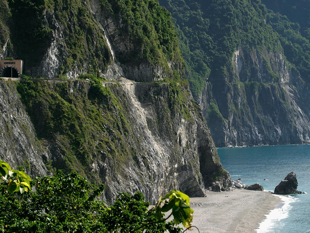 Hikes the winding trails of Taroko Gorge