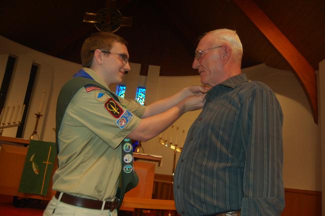 TERRY AHNER/TIMES NEWS Eagle Scout Mason Everett presents the mentor pin to his grandfather, Carl Everett.