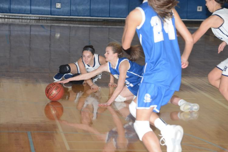 Shea Murphy goes for a loose ball on the floor. (Bee Photo, Hutchison)
