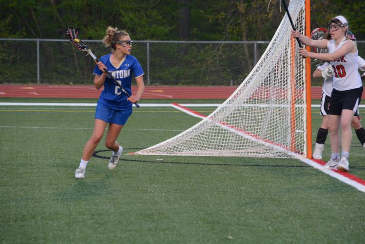 Keeley Kortze moves around the net as she looks for an open teammate. (Bee Photo, Hutchison)