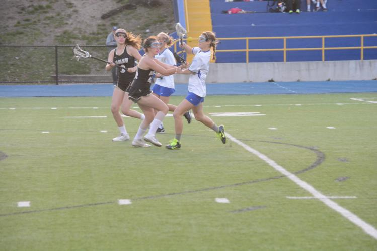 Charli Condon runs with the ball and looks to make a move on a defender. (Bee Photo, Hutchison)