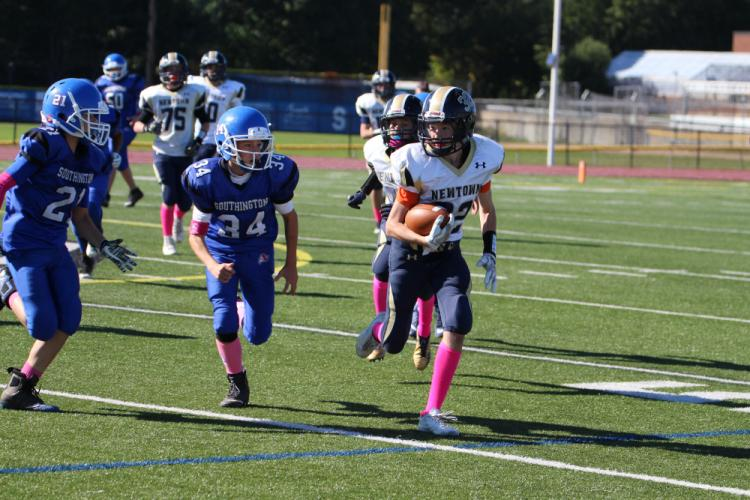 Eric Gray runs with the ball during eighth grade action. (Brandy Jacobs photo)