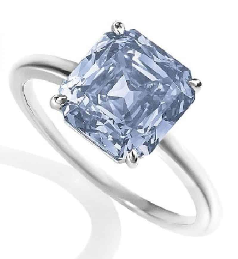LOT 221 - A COLOURED DIAMOND RING