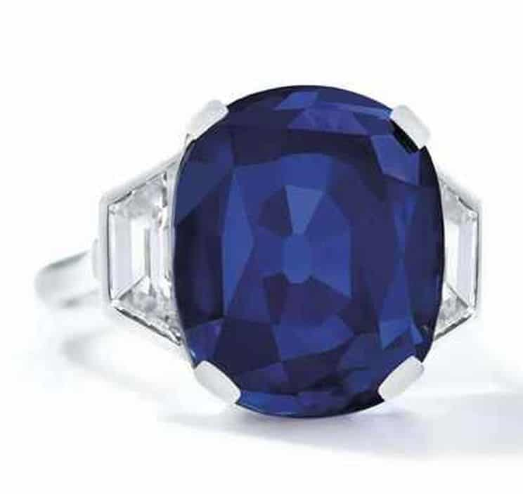 Lot 267 - A SAPPHIRE AND DIAMOND RING