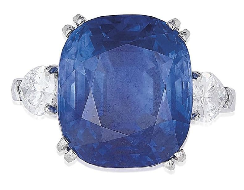 LOT 78 - A SAPPHIRE AND DIAMOND RING