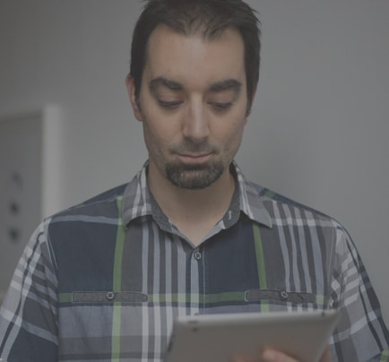 nubik employee on ipad