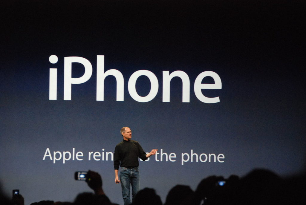 1280px-steve_jobs_presents_iphone