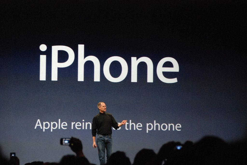 1280px-steve_jobs_presents_iphone