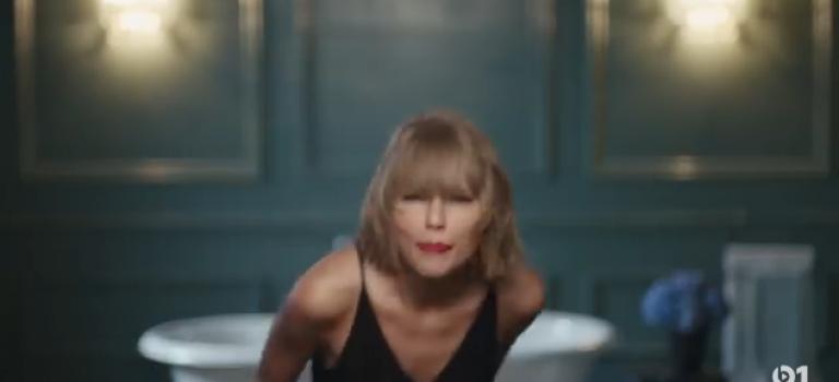 【視頻】Taylor自己一人都能在廁所玩high?有點不懂…