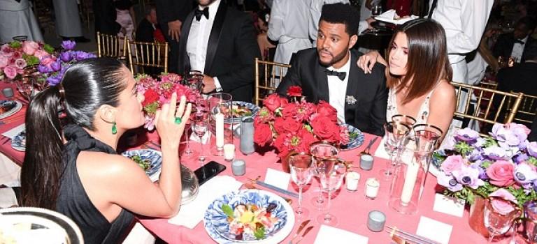 放閃放到遭人嫌?眼尖網友指出:竟然沒有人願意坐在威肯Selena邊上?