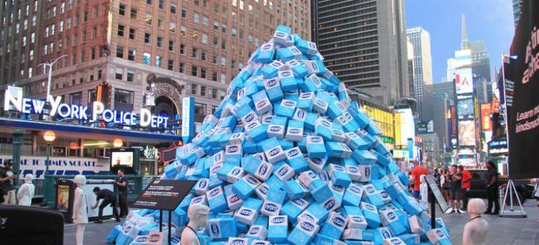 紐約時代廣場現 4 萬 5 千磅糖,堆成三層樓高!不是廣告卻是…背後原因太嚇人