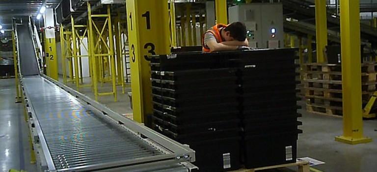 亞馬遜送貨速度驚人的真相竟是剝削?員工連續工作10小時不能坐下,累到站著睡著甚至送醫搶救
