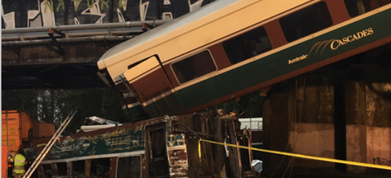 【突發】華盛頓州火車脫軌從橋下墜落至公路中間,已有數人死亡!
