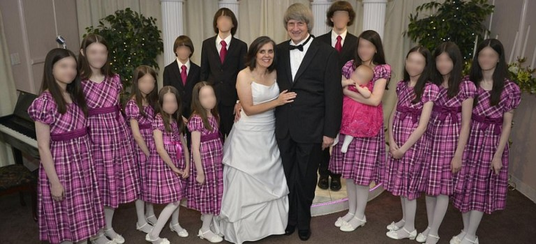 超可怕!加州變態父母囚禁13名子女!被鎖鏈條、房間惡臭,最大29歲卻如未發育….