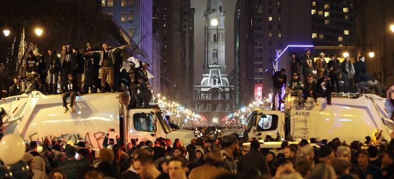 超級盃慶祝活動失控:瘋狂球迷踩塌屋頂、當街放火、砸爛商店….出動防暴警察多人被捕