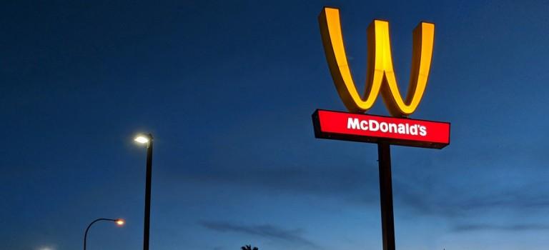 惡作劇嗎?!麥當勞為Logo居然放倒了!