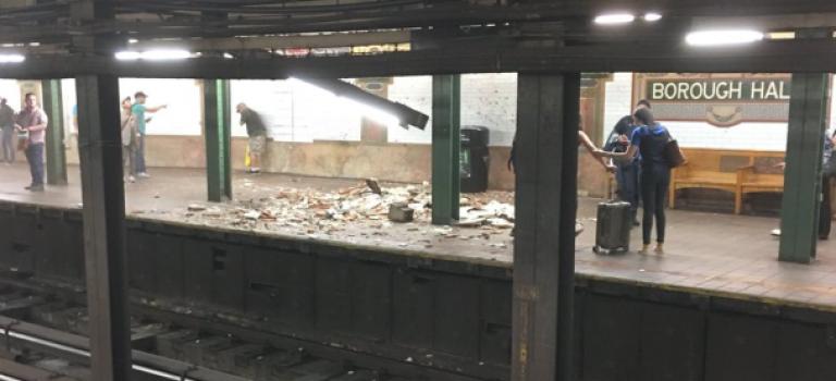 超夸张!纽约地铁站天花板突然塌陷,致一名乘客受伤