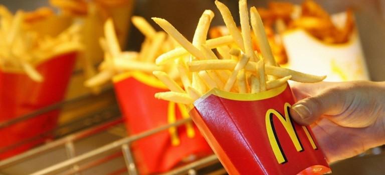 麦当劳撒福利啦~~~中份薯条、饮品全年免费送!