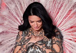 Adriana-Lima-breaks-down-in-TEARS-while-on-Victorias-Secret-runway-3