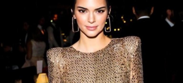 真的超敢穿!Kendall Jenner著「國王的新衣」出席頒獎禮,全身上下都露遍啦!