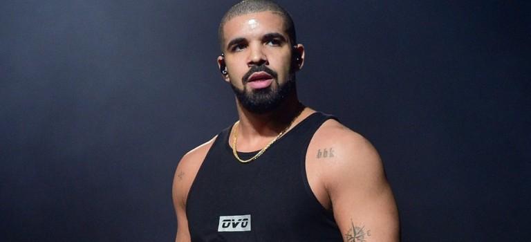 惜肉如金的 Drake 竟然也「脫」了!鏡頭前大秀肌肉惹粉絲尖叫
