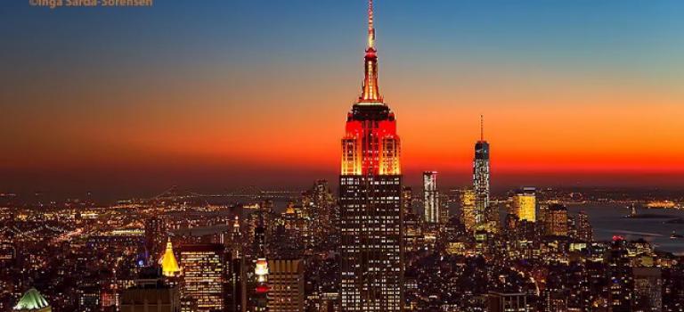 今晚抬头看看,帝国大厦和WTC都为农历春节亮起了喜庆的红!
