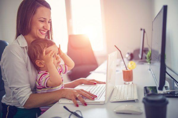 ¿Ser mamá o ejecutiva? El dilema de muchas