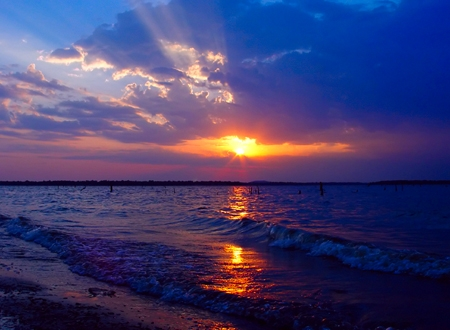 An outstanding Oklahoma sunset shines over the waves of Lake Eufaula.