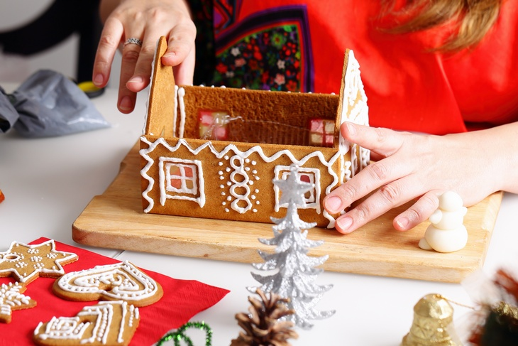 Making of christmas gingerbread house. Walls binding.