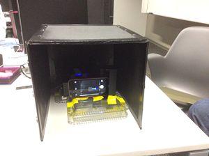 Single-Drop Fluorimeter setup with covering.